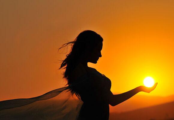 Fata cu soarele în palmă